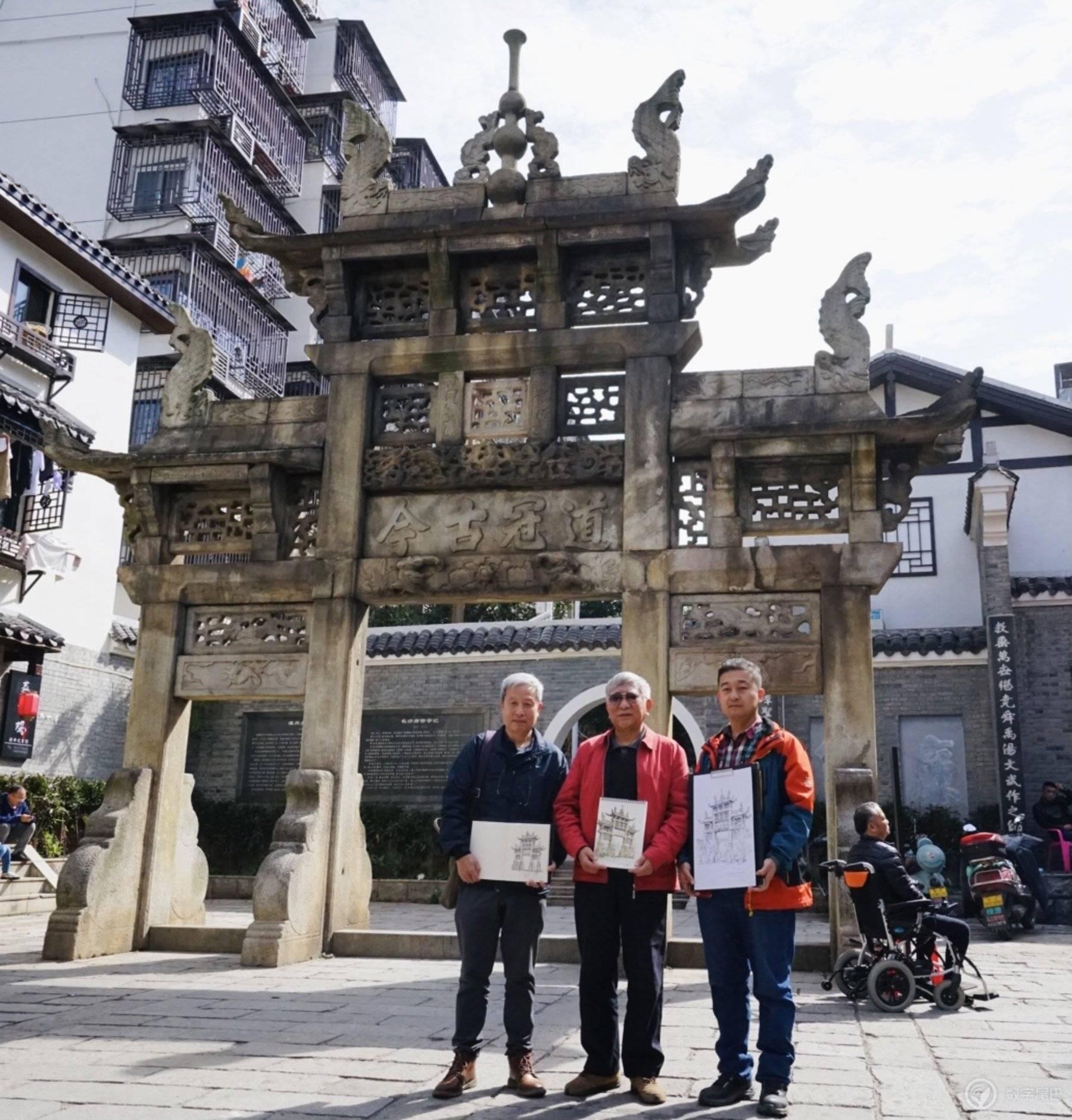 3位大神在牌坊前合影,左起分别为柳肃、刘叔华和连达
