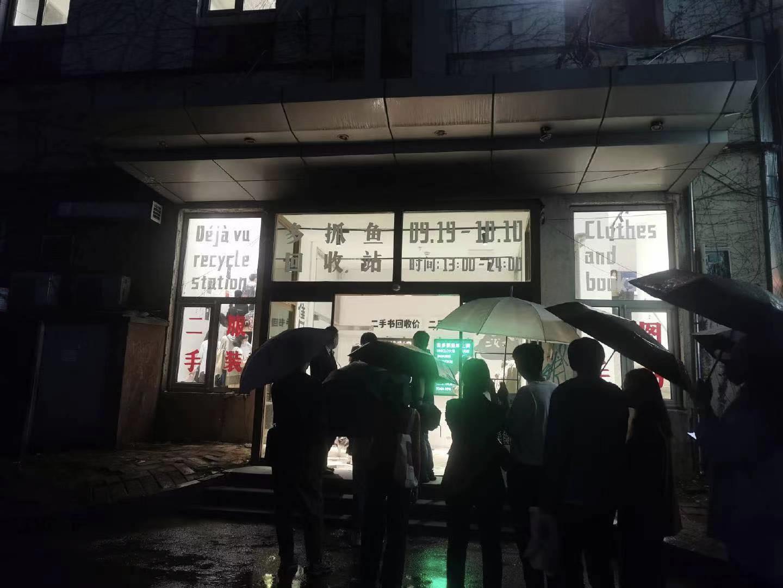 微博網友拍攝的雨中排隊人群,有時隊伍能排一小時